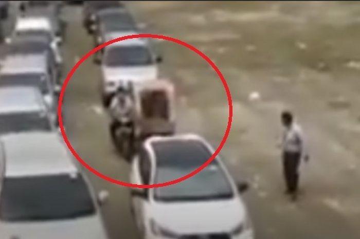 Viral sebuah video pemuda bernama Alex Satria yang anti gengsi, naik becak motor diantara mobil para teman-temannya saat wisuda.