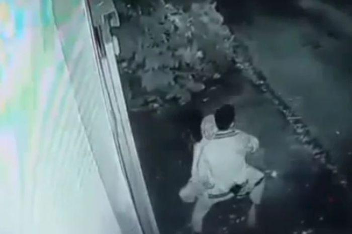 Terekam CCTV sepasang remaja wik-wik di atas motor, kejadiannya di Kota Tasikmalaya, Jawa Barat, videonya viral di media sosial.