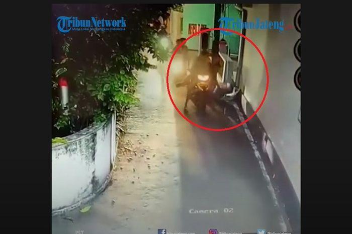 Viral, video sekumpulan pemuda bermotor iseng sebar sampah di lingkungan rumah warga, alasannya kenapa ya?