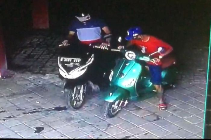 Maling motor gasak Vespa LX 125 dan Honda BeAT di Koja, Tanjung Priok, Jakarta Utara, pelaku naik Honda PCX 150.