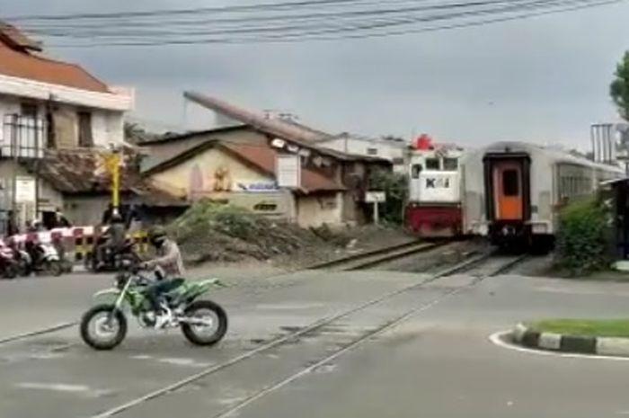 Pemotor trail nekat terobos palang kereta