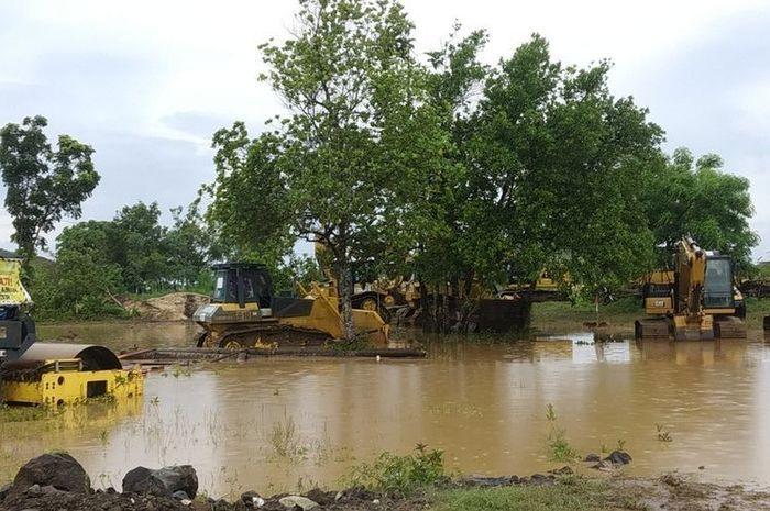 Proyek sirkuit MotoGP Indonesia terendam banjir.