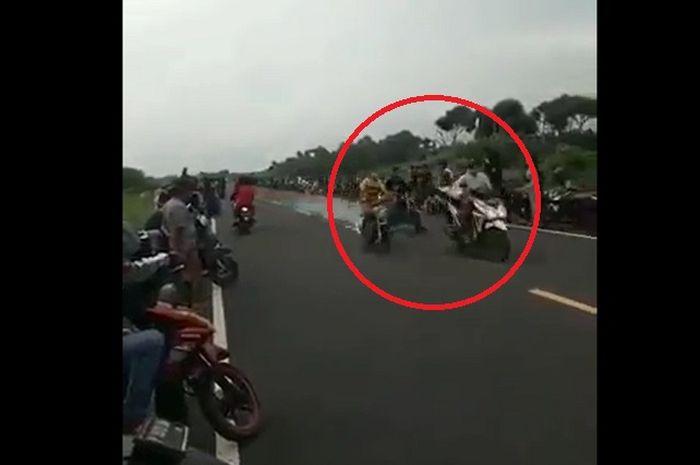 Mencekam, video detik-detik pembalap liar tabrak pemotor di jalan raya, joki bonyok dikeroyok warga yang geram.