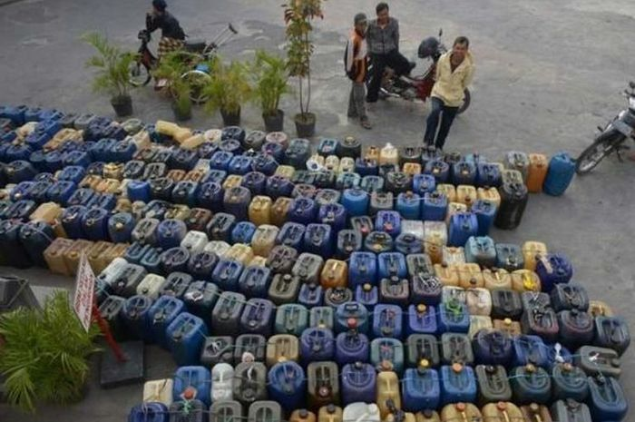 Ilustrasi penjual bensin eceran mengantri di SPBU. Oknum petugas SPBU bagi-bagi bensi ke pengecer di Kota Sekadau, Kalimantan Barat.