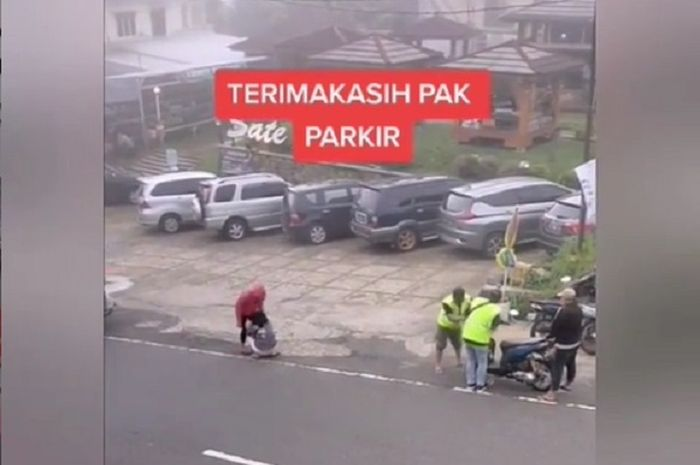 Bikin tegang, video detik-detik tukang parkir pasang badan selamatkan pemotor yang rem blong di kawasan Tawangmangu, Jawa Tengah.