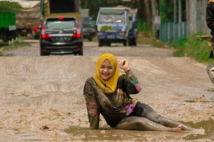 Viral foto cewek cantik berpose bak model profesional di jalanan rusak yang berada di Jalan Raya Tanjung Bintang, Lampung Selatan.