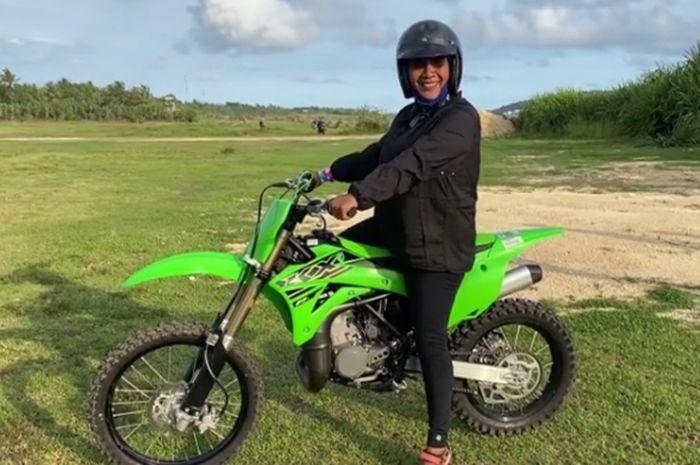 Susi Pudjiastuti pamer bawa motor trail Kawasaki KX 85