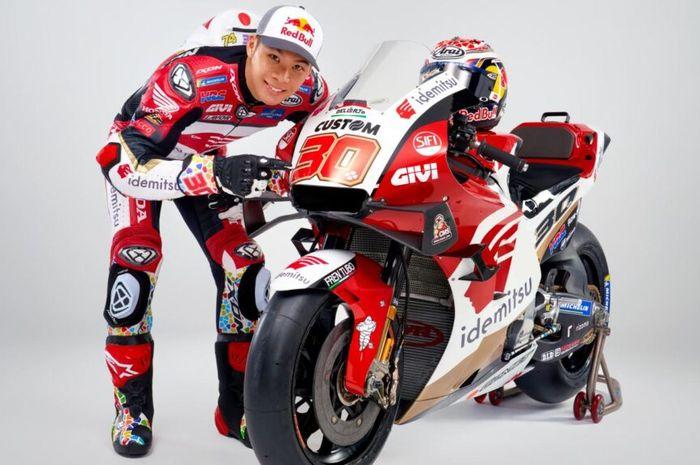 Pamer livery baru, pembalap tim LCR Honda Idemitsu, Takaaki Nakagami senang mendapatkan Honda RC213V spek pabrikan.