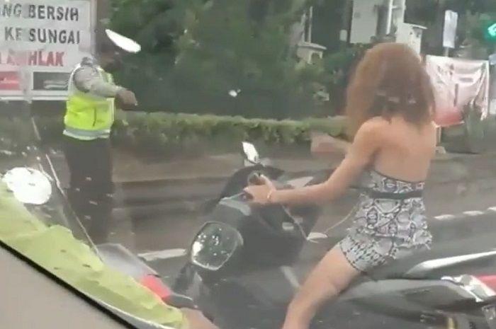 Bule naik Yamaha NMAX diciduk polisi, disuruh minggir malah begini.
