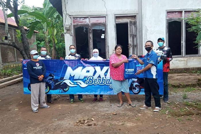 Komunitas MAXI Yamaha dan Yamaha area Madiun-Kediri beri bantuan korban banjir di Nganjur, Jawa Timur.