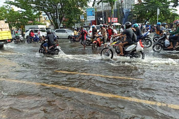 Bikers bisa simak, tips menjaga sepeda motor menghadapi kondisi banjir.