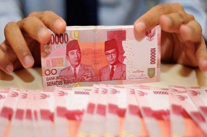 Ilustrasi uang tunai. Bantuan Rp 3,55 juta resmi dibuka, buruan daftar online.