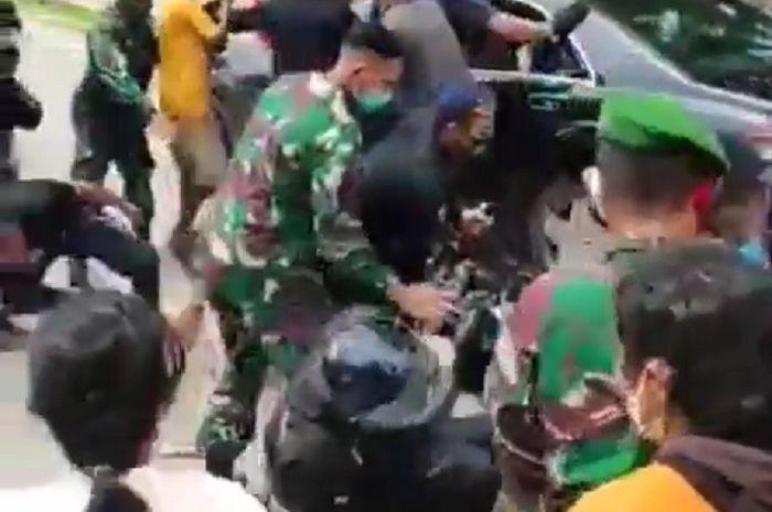 Presiden Jokowi datang ke NTT, Motor Paspampres roboh ditabrak emak-emak.