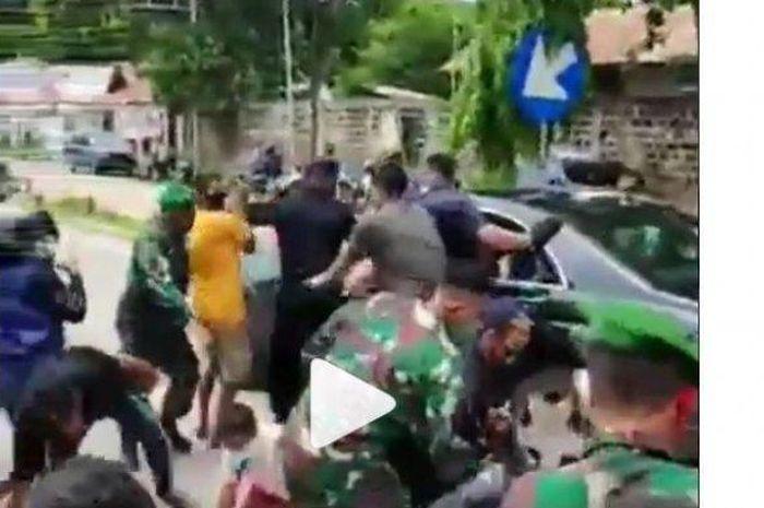 Emak-emak dorong motor Paspampres Jokowin sampai terjatuh di Nusa Tenggara Timur (NTT).