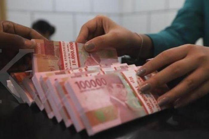 Ilustrasi uang tunai. 2 cara gampang cek bantuan Rp 3,55 juta dari pemerintah, cukup pakai HP bro.