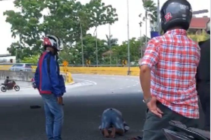 Seorang Pria Shalat di Tengah Jalan, Para Pemotor Langsung Lakukan Ini