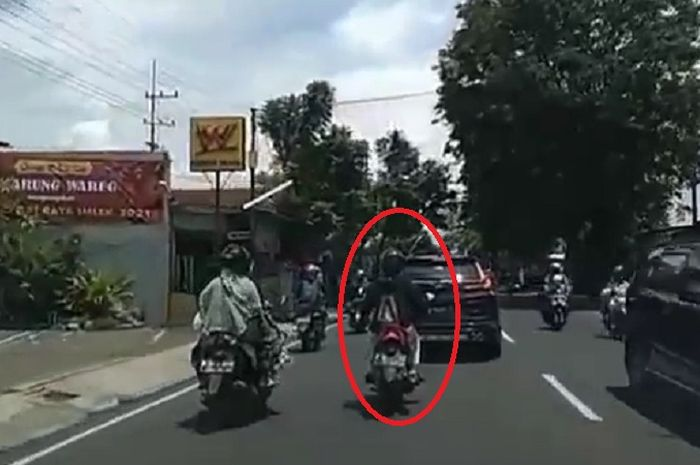 Pengendara motor bebek ini punya niat baik, tapi berujung apes.
