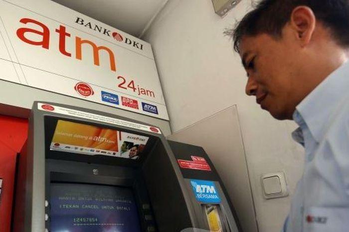 Ilustrasi sedang di ATM
