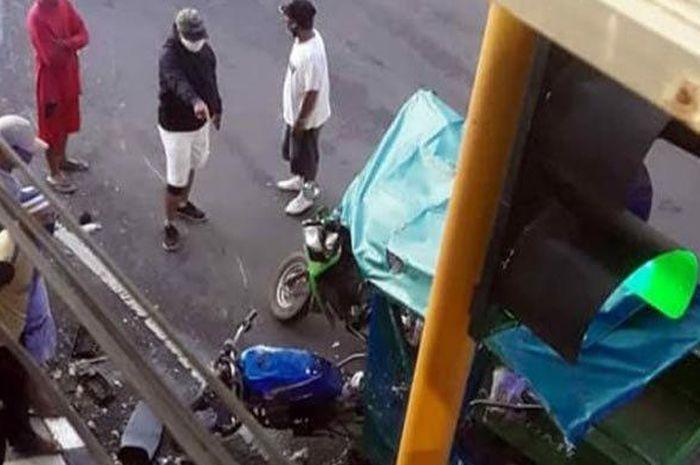 Motor Kawasaki Ninja bablas lampu merah tabrak dua kendaraan di Tuban, Jawa Timur, Minggu (14/3/2021)