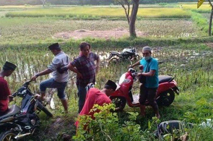 Aksi balap liar alias trek-trekan dibubarkan oleh Polisi, penontonnya kocar-kacir sampai masuk ke sawah.