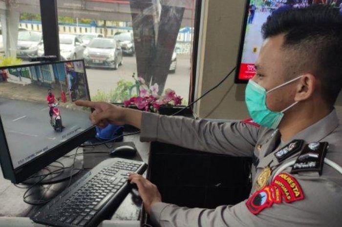 Petugas dari Satlantas Polresta Banyumas melakukan penatauan melalui kamera ETLE, Selasa (23/03/2021).