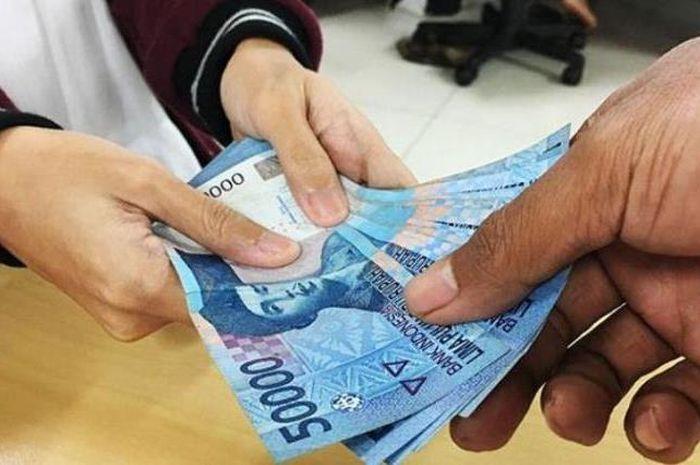 Uang ilustrasi bantuan pemerintah bansos Rp 300 diambil di kantor pos