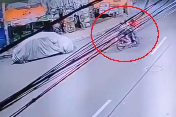 Dua motor tabrakan adu banteng di Manggarai terekam CCTV.