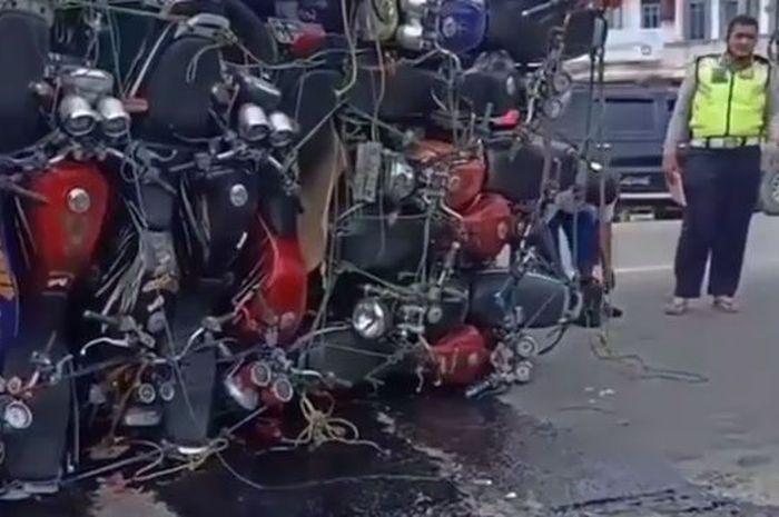 Waduh, truk pengangkut puluhan Yamaha Scorpio terguling di jalan.