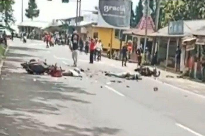 Lembang Geger, Dua motor ambyar diduga adu banteng, korban tergeletak