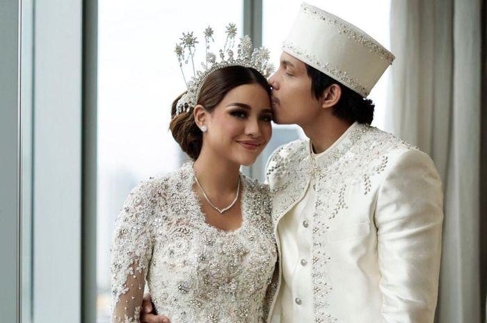 Atta Halilintar dan Aurel Hermansyah resmi menikah. Bikin Heboh netizen, kalung suvenir pernikahan Atta dan Aurel bisa buat DP motor Honda BeAT.