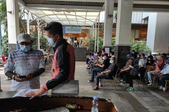 Dua jempol! Vaksinasi Covid-19 wartawan di Balai Kota DKI Jakarta lancar.