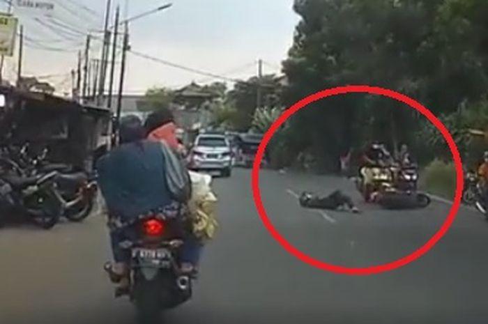 Pemotor terjungkal di aspal karena pengendara lain lawan arus