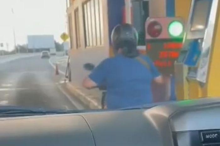 Santai Banget Emak-emak Pemotor Masuk Jalan Tol, Sempat Bayar Tol Juga