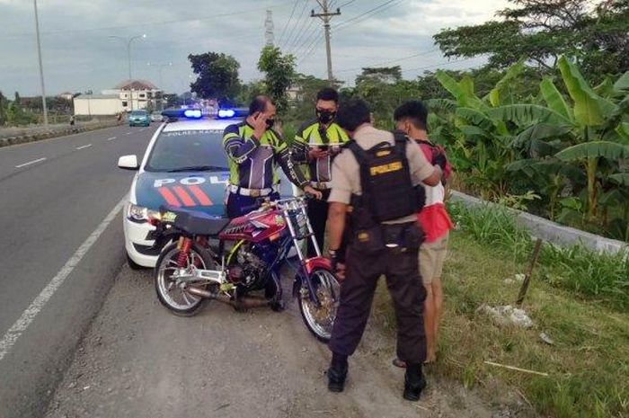 Ngabuburit sambil balap liar di Jalan Ring Road Mojosongo-Sroyo, Karanganyar, Jawa Tengah, satu pemuda berhasil diamankan oleh patroli polisi.