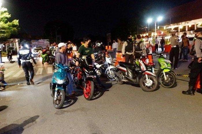 Biikin geger, aksi balap liar di Lapangan Murjani, Banjarbaru, Kalimantan Selatan, dirazia dan dites Covid-19, hasilnya 5 pemuda positif.