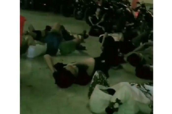 Viral video pelaku aksi balap liar tertangkap polisi, mereka dihukum untuk menirukan suara knalpot menggunakan mulut.