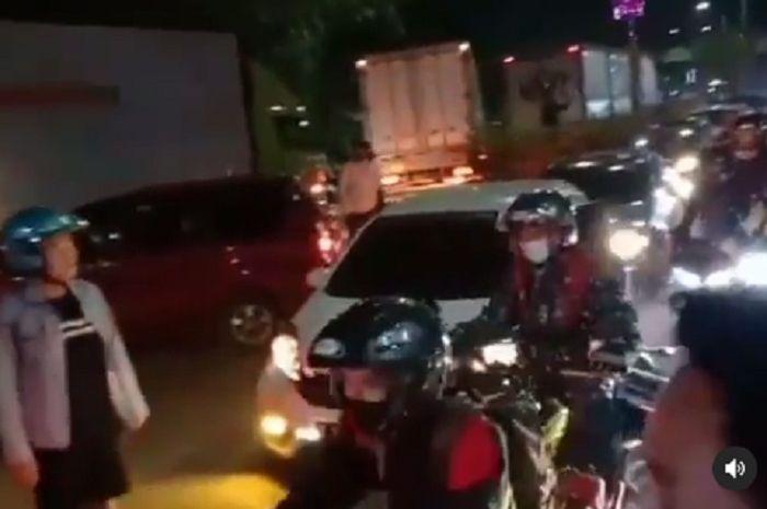 Pos penyekatan Bekasi dijebol ribuan pemudik motor, polisi tambah personil.