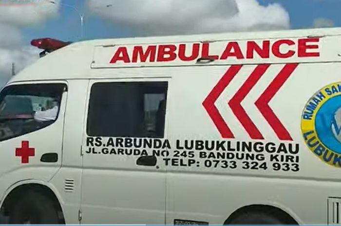 Ambulan yang diputar balik petugas atau polisi