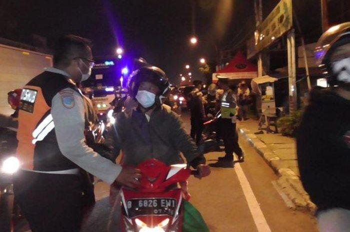 Pos penyekatan tambahan di perbatasan kota Bekasi dan kabupaten Bekasi, (10/5/21)