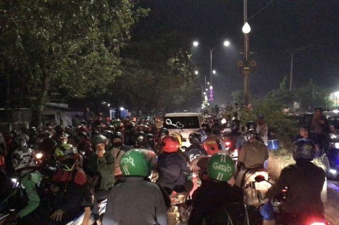 Ribuan pemudik motor serbu pos penyekatan di perbatasan Bekasi-Karawang, Selasa (11/5/2021)