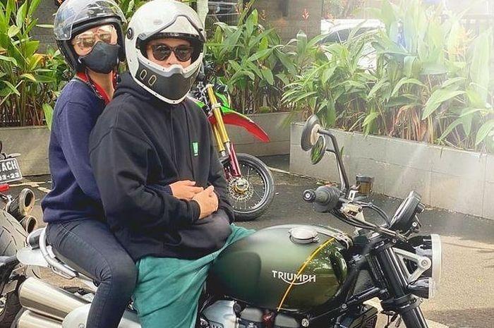 Billy Syahputra bersama Amanda Manopo naik motor Triumph Scrambler