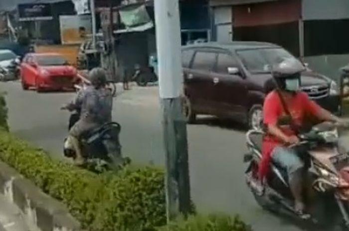 nenek lawan arah naik motor