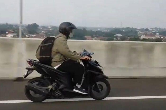 Pemotor Honda Vario masuk tol, netizen mengira mudik.