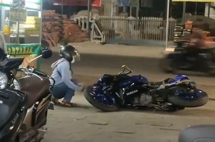 Wanita pukul motor gede pakai batu
