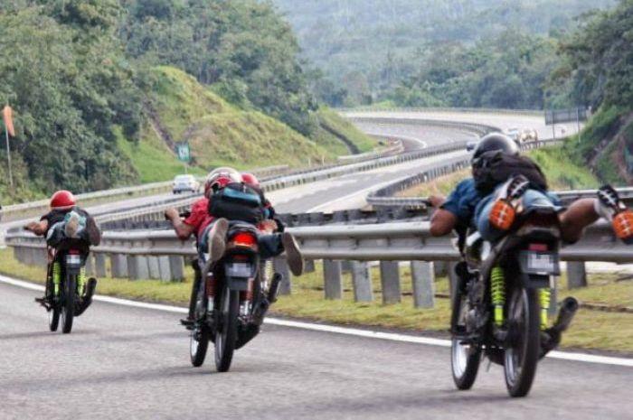 Balap liar di Malaysia ala Superman terbang, ngeri bro!