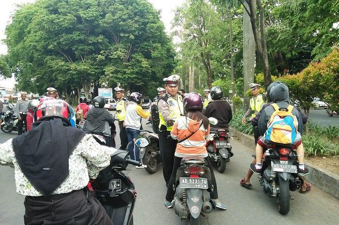 Polisi saat menggelar razia
