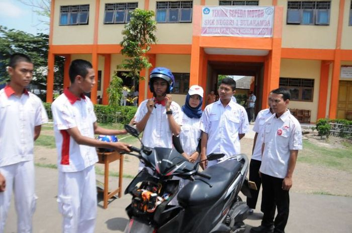 """SMK 1 Bulakamba berinovasi menciptakan """"helm pintar"""", yang terkoneksi dengan sepeda motor."""