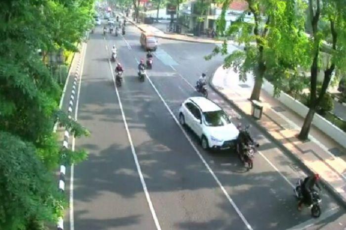 Mistubishi Outlander menabrak 3 pengendara motor di Jalan Darmo Surabaya