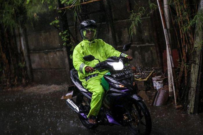 Ilustrasi pengguna jas hujan