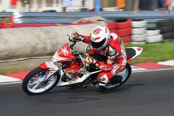 Ilustrasi motor road race yang pakai ban slick khusus balap